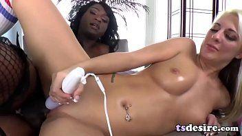 Sexo interracial travesti negra comendo mulher loira