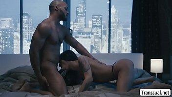 Pornô transex feminina magrinha chupando e dando cu