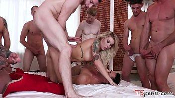Suruba com transex loira feminina dando pra dotados